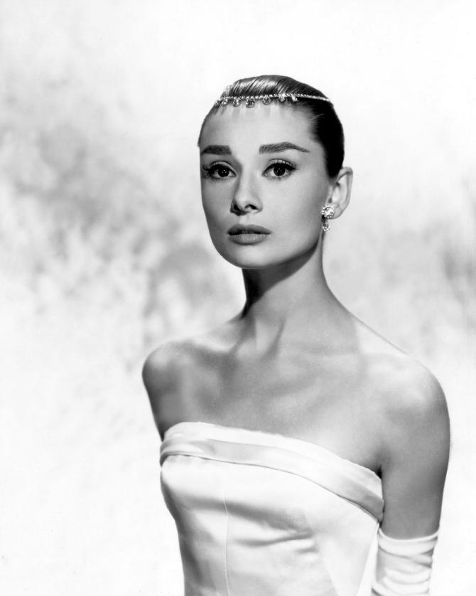 Odri sa zanimljivim detaljem u kosi Stil Audrey Hepburn: Glamurozno i elegantno