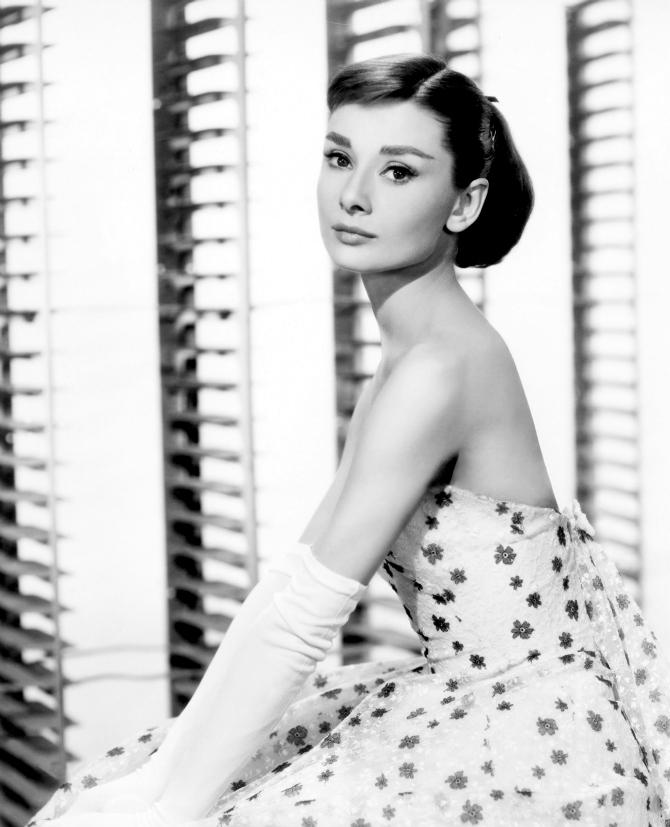 Odri u cvetnoj haljini Stil Audrey Hepburn: Glamurozno i elegantno