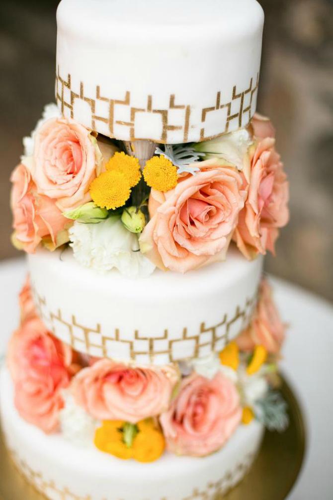 Žuti cvetići Ruže na svadbenoj torti