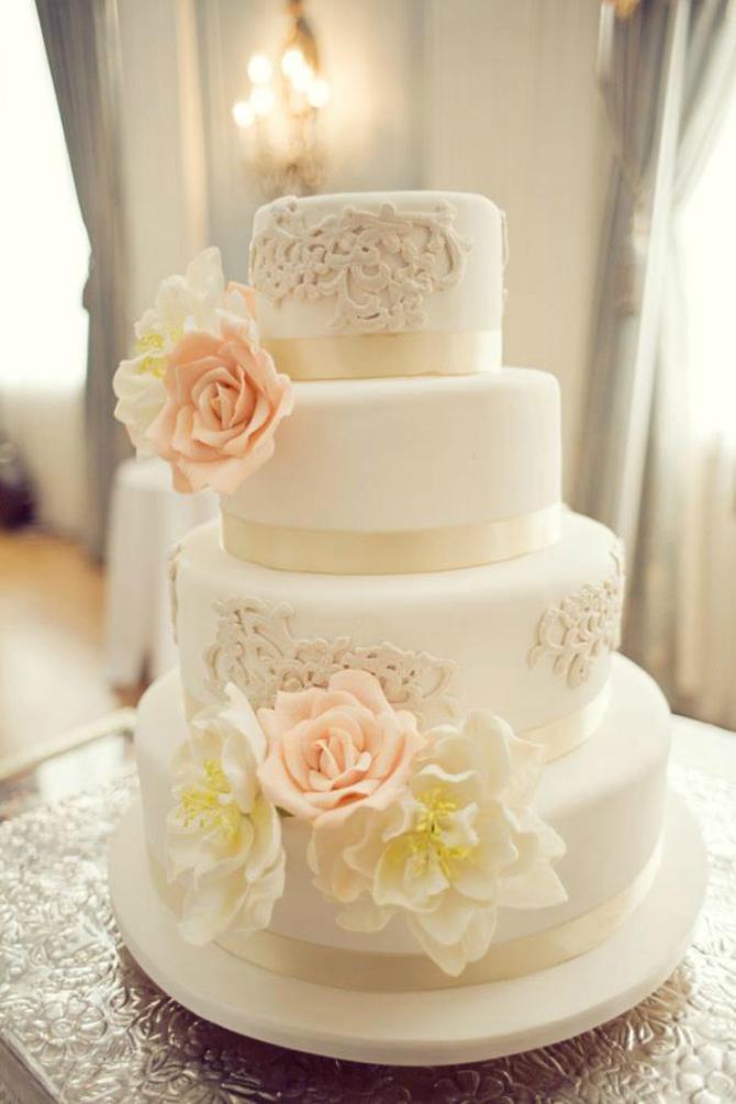 Bela nežna Ruže na svadbenoj torti