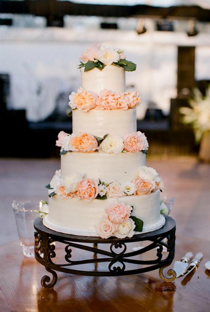 Crno postolje Ruže na svadbenoj torti