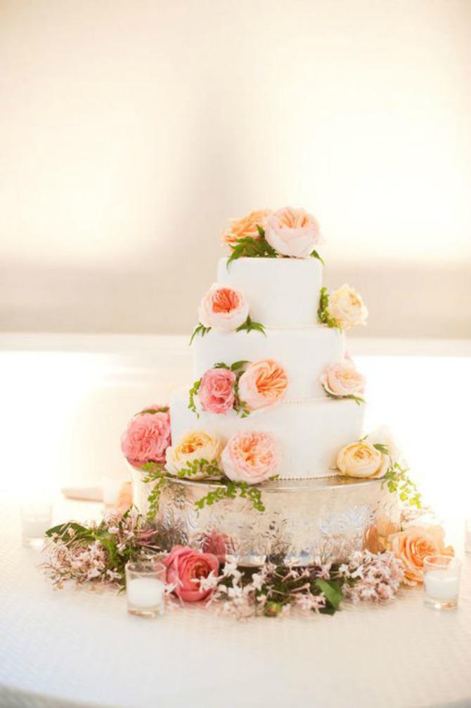 Na 4 sprata Ruže na svadbenoj torti