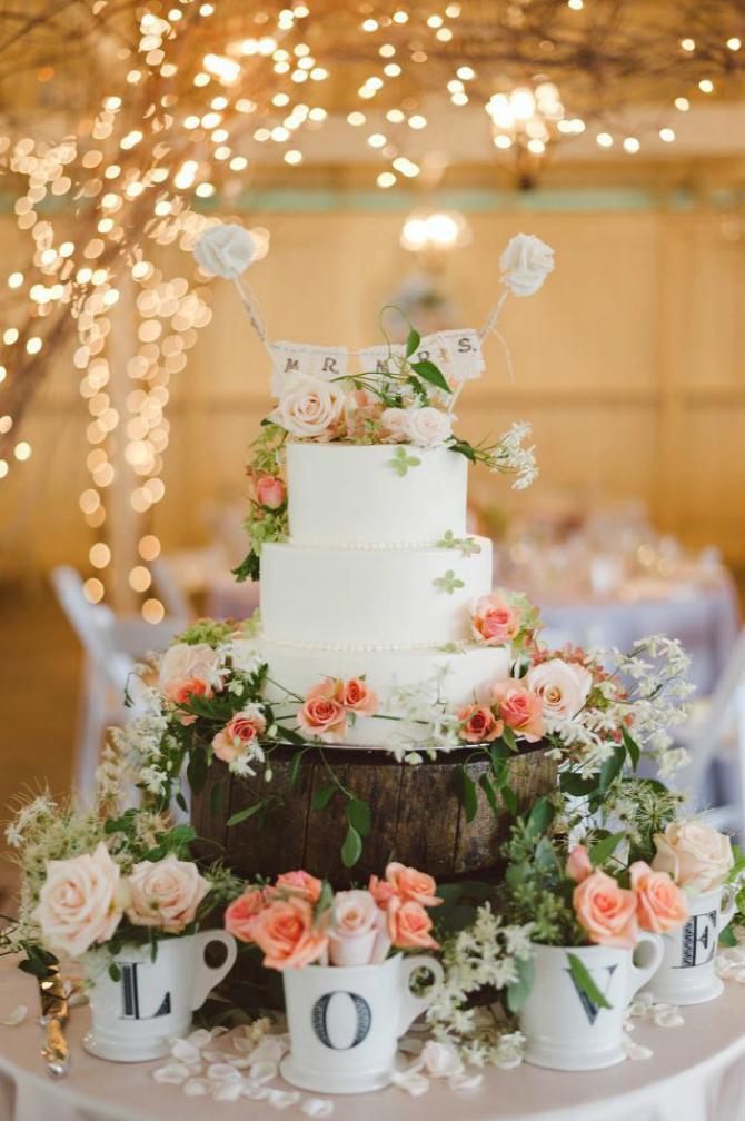 Sa šoljicama Ruže na svadbenoj torti