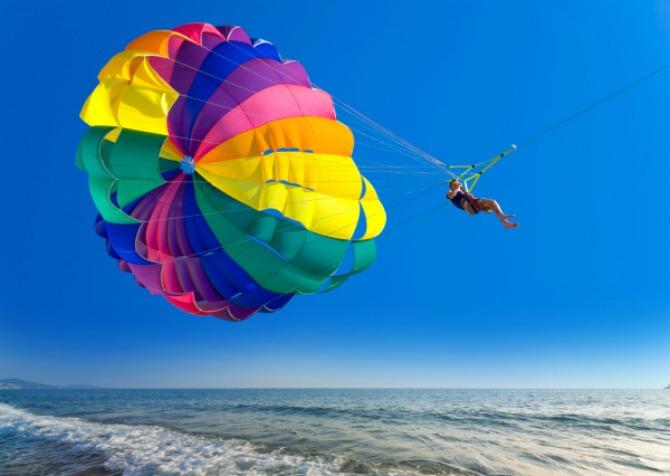 Parasejling iznad plavog mora Wannabe Magazine: Letnje igre i morska avantura   Vodeni sportovi