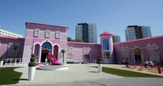 slika11.jpg1  Wannabe Magazine: Barbie kuća u prirodnoj veličini