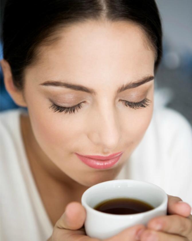 woman smelling coffee vert Novo otkriće: Zašto je dobro piti kafu?