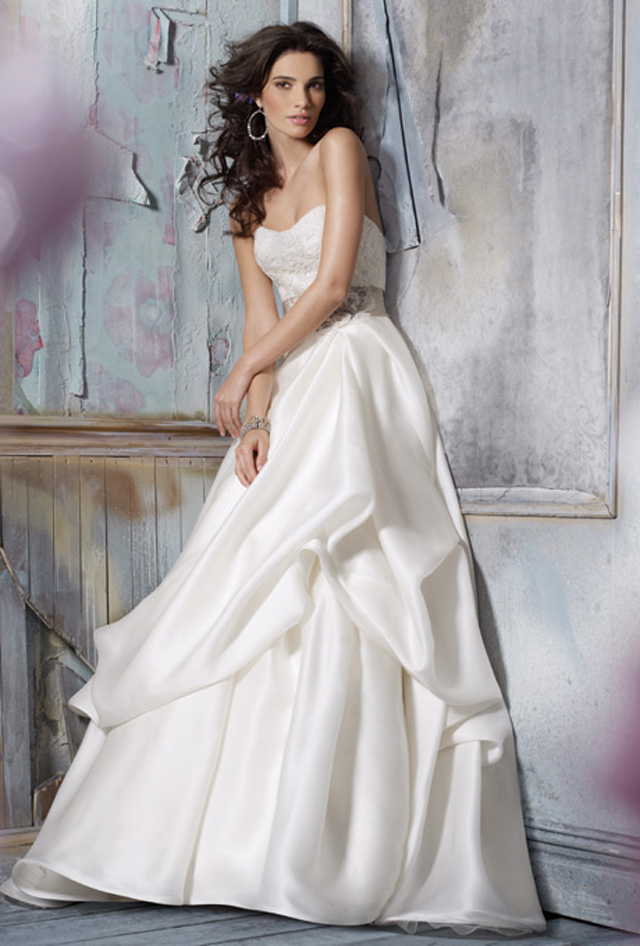 8110 jim hjelm wedding dress primary Venčanica dana: Haljina Jim Hjelm