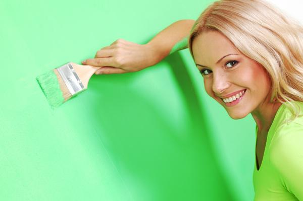 woman painting wall vibrant color Apsurd, kako to ljudski zvuči!