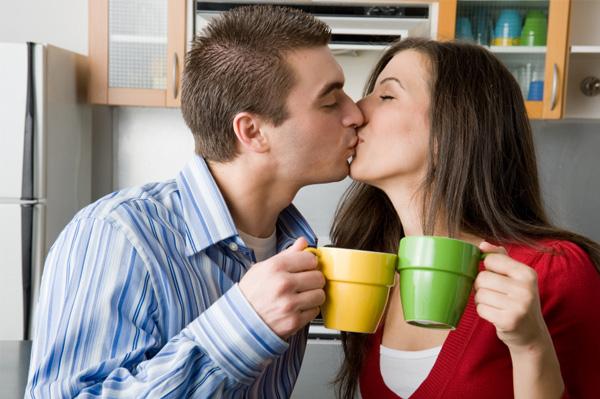Couple kissing over coffee Muška kafa