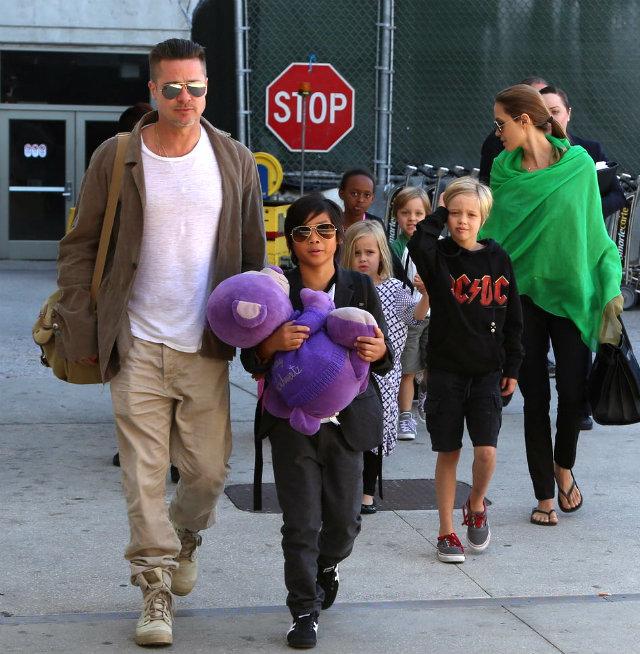 Angelina wore green scarf black Ipanema flip flops Porodica Džoli   Pit ponovo na okupu