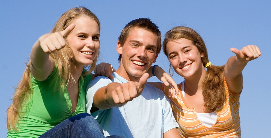 Happy Group Of Teens Thumbs Up Web Njima nikad nije hladno