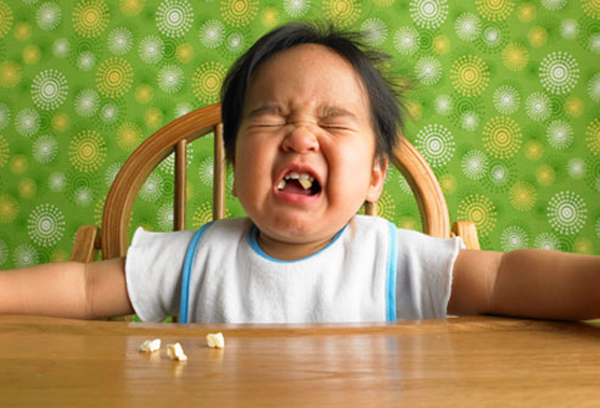 getty rm photo of toddler crying at table with popcorn Dete neće da jede