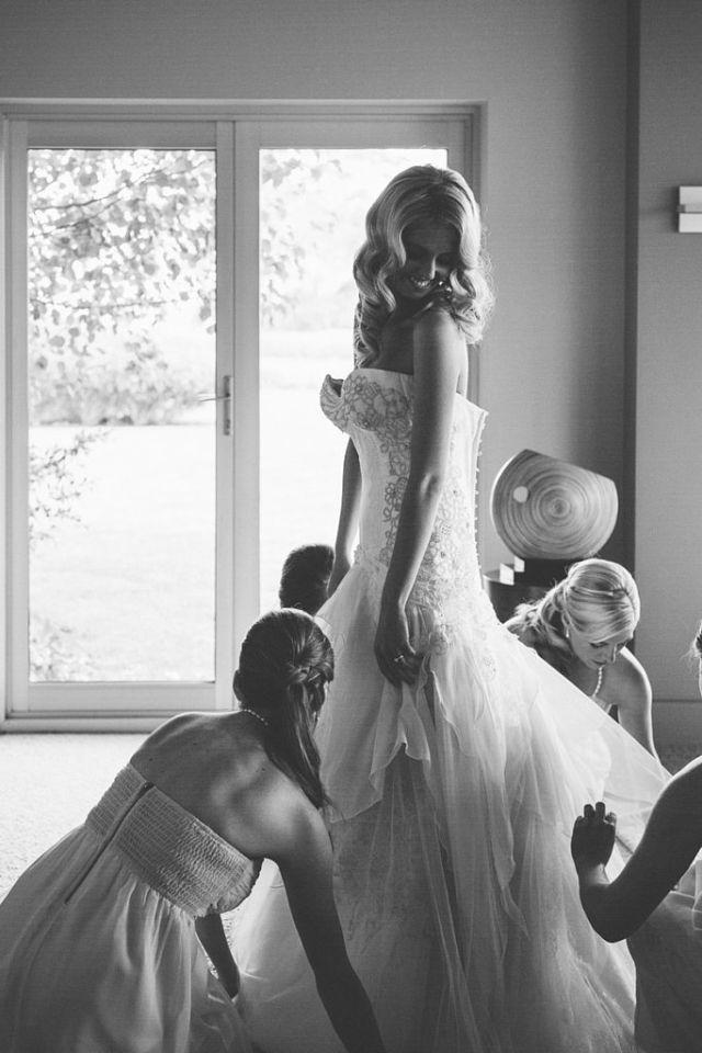 6 Being Fussed Over Your Bridesmaids Morate se ovako slikati na svom venčanju!