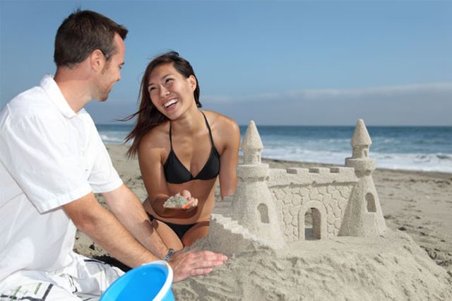 couple making sandcastle Osetite se ponovo kao dete