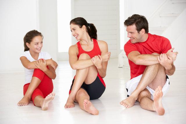 family stretching1 Iako imate decu, imate vremena za vežbanje!