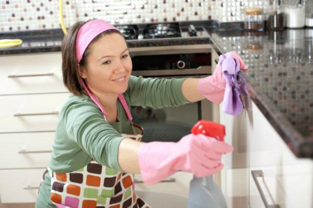 woman cleaning kitchen 600 Home made: Sredstvo za čišćenje kuhinje