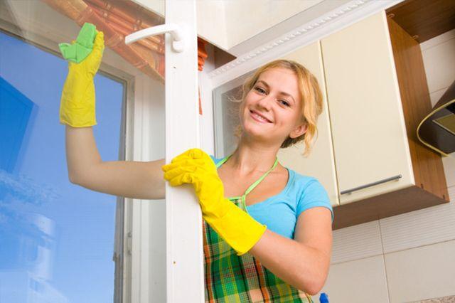 woman cleaning windows Operite prozore kao profesionalac