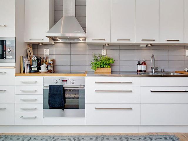beautiful and organized kitchen shelves white glass tile backsplash Napolje iz kuhinje: Dotrajali artikli
