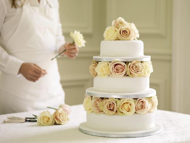 how to choose high street wedding cakes to suit your theme plain cake Nežne torte za prolećno venčanje
