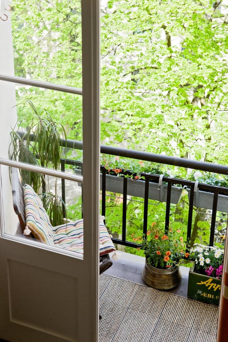 Compact Terrace Decor Efektna dekoracija: Mala terasa, ali veliko uživanje