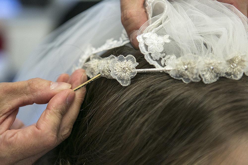 Step Seven Beach Waves Under Veil Ceremony Tri različite frizure za jedno venčanje