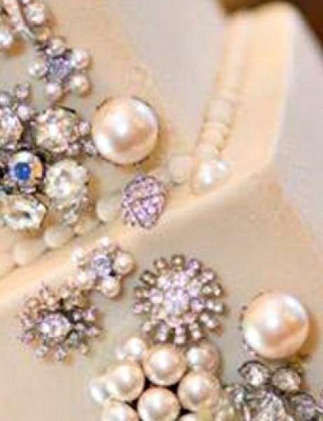 Trendi venčanje: Perle i cirkoni na torti