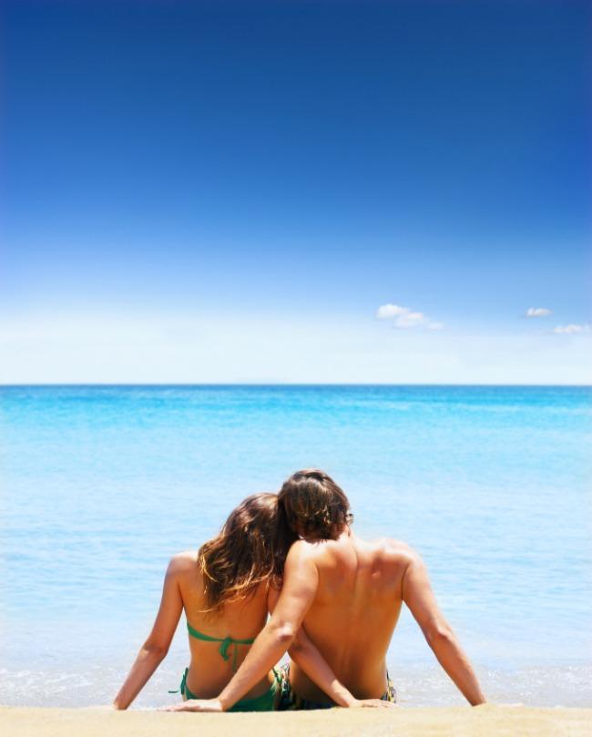 couple beach 1 Greške koje mladenci prave prilikom planiranja medenog meseca