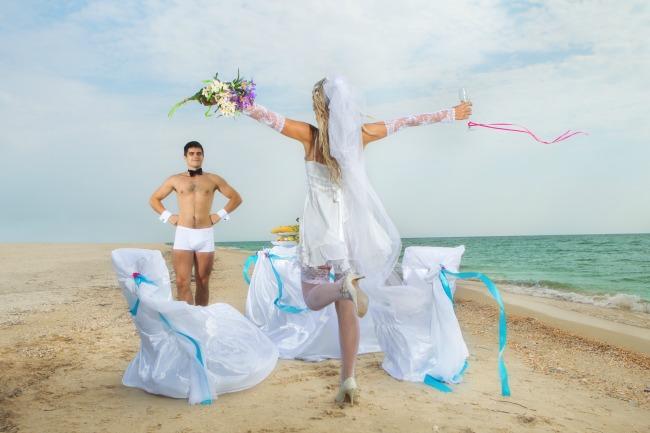girl boy bride veil beach sea flowers glass  Pre odlaska na plažu, smanji kilažu
