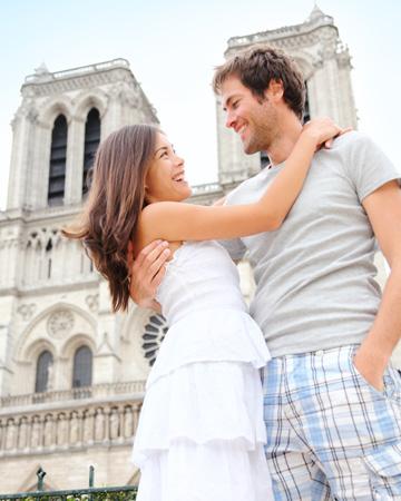 happy couple in paris vert Gde na medeni mesec: Pariz, uvek Pariz