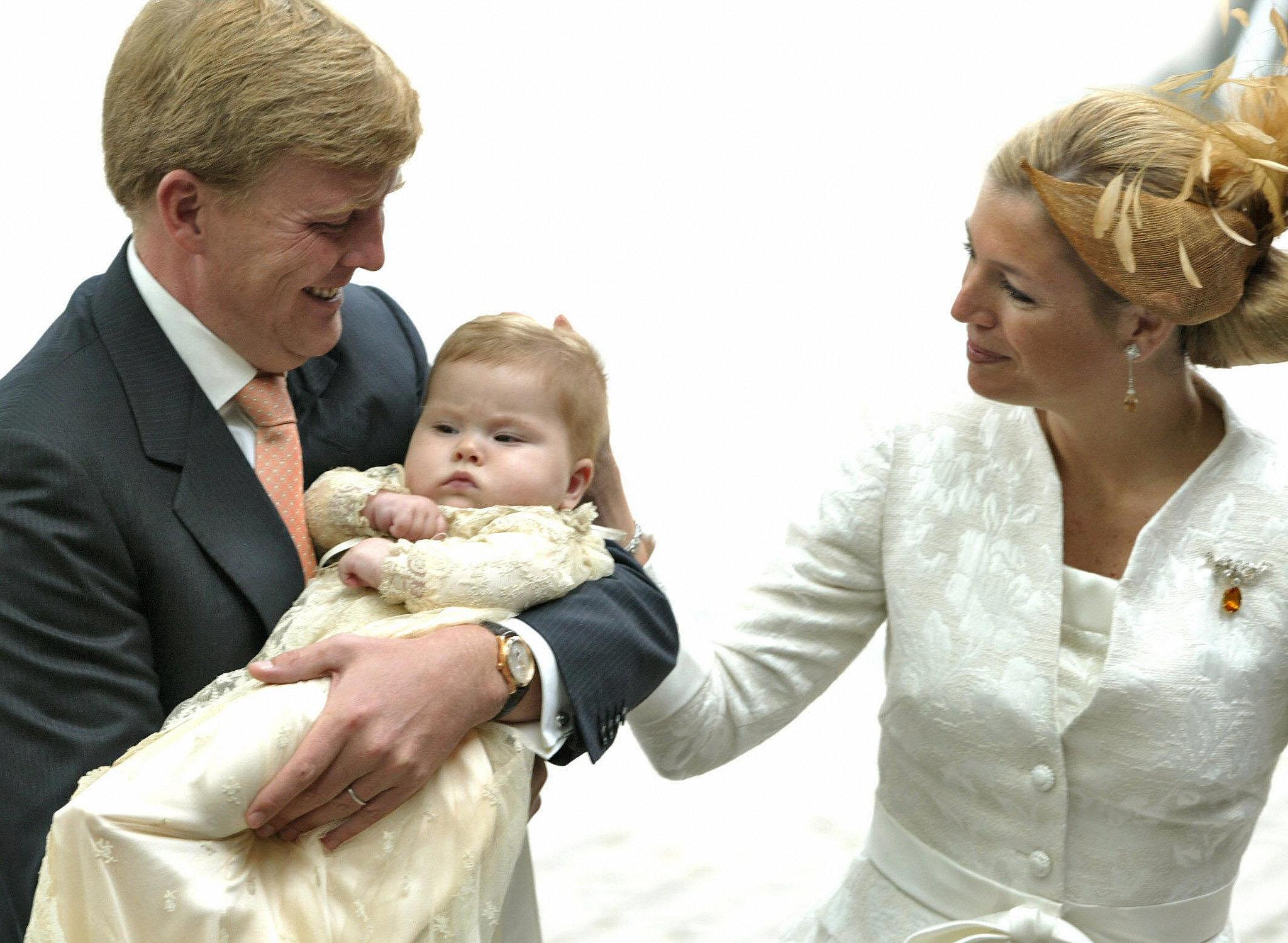 Now King Willem Alexander Queen Maxiima Netherlands held Bebe rođene u kraljevskoj porodici