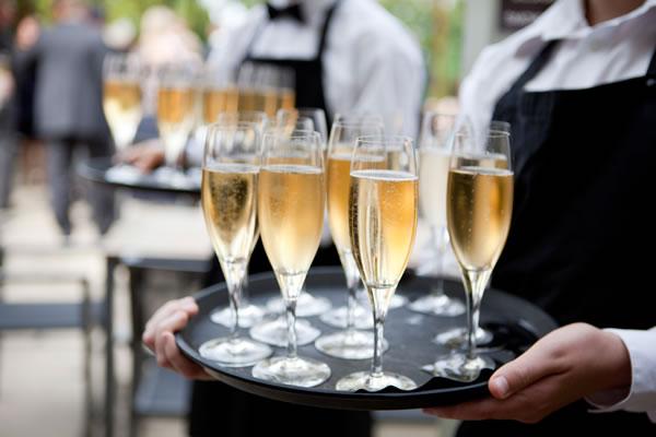 Етикета за венчавки со шампањ: Дали сте на пијалок?