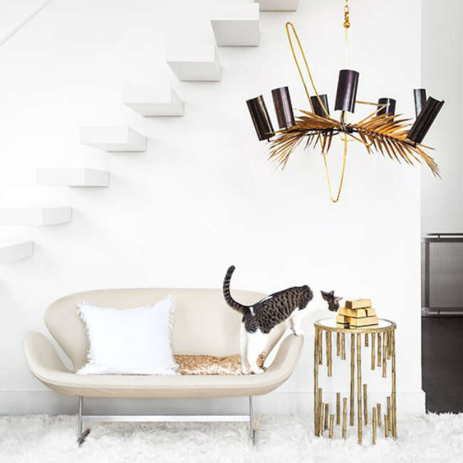 White living room with bronze chandelier Boje vašeg doma: Unesite živosti u svoj stan