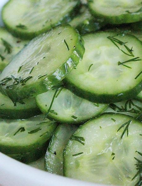 Osvežavajuća letnja salata od kiselo-slatkih krastavaca