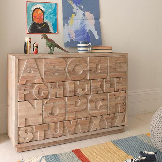 Chest of drawers with lettering in childs room Country Homes and Interiors Housetohome.co .uk  Dekoracija dečje sobe: Zanimljivi garderoberi