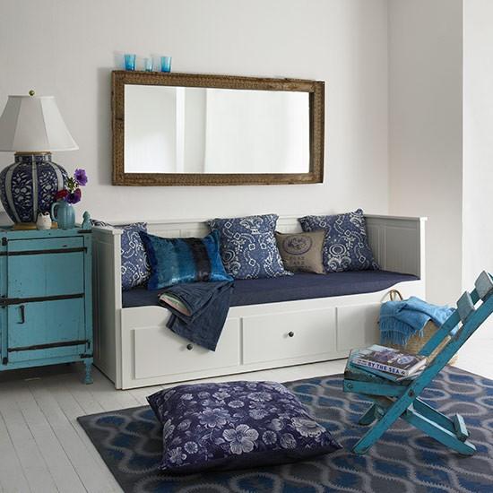 Daybed with blue furnishings Country Homes and Interiors Housetohome.co .uk  Dekoracija dečje sobe: Zanimljivi garderoberi