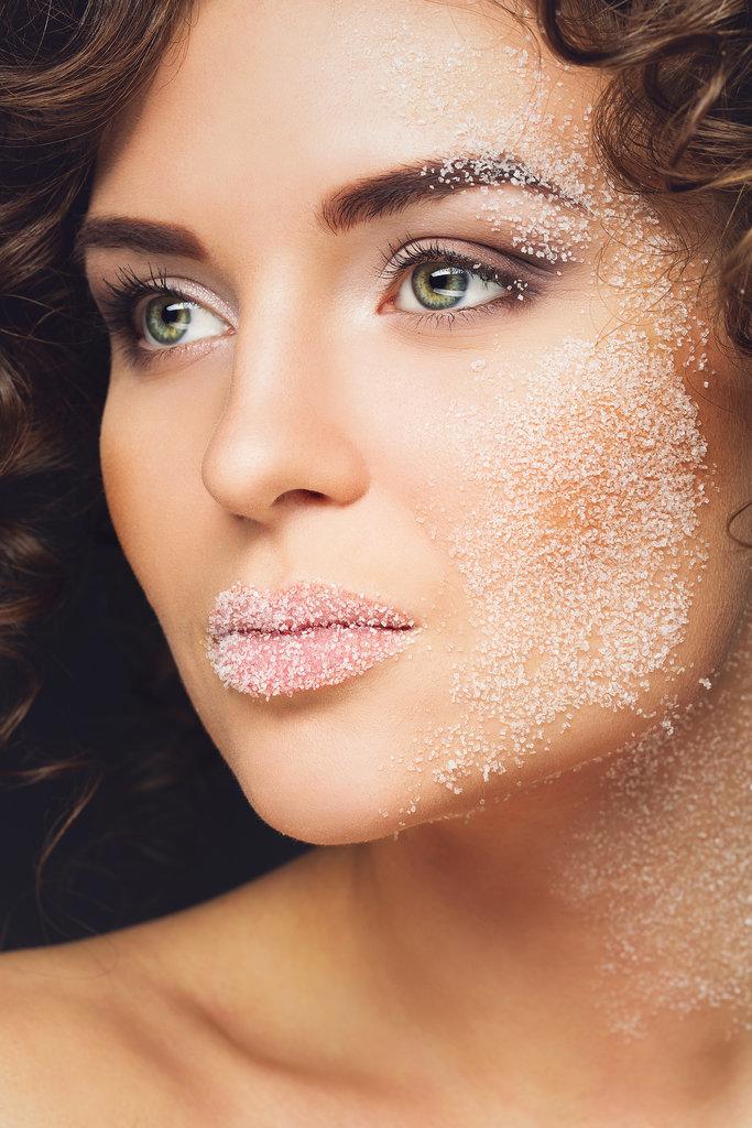 Make DIY lip scrub Beauty trikovi: Vazelin za svaku namenu