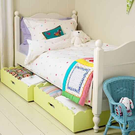 White bed with underbed drawers Country Homes and Interiors Housetohome.co .uk  Dekoracija dečje sobe: Zanimljivi garderoberi
