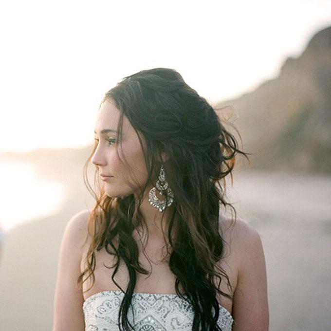 curly wedding hairstyles beachy loose curls Frizure za venčanje: Za dame sa kovrdžavom kosom