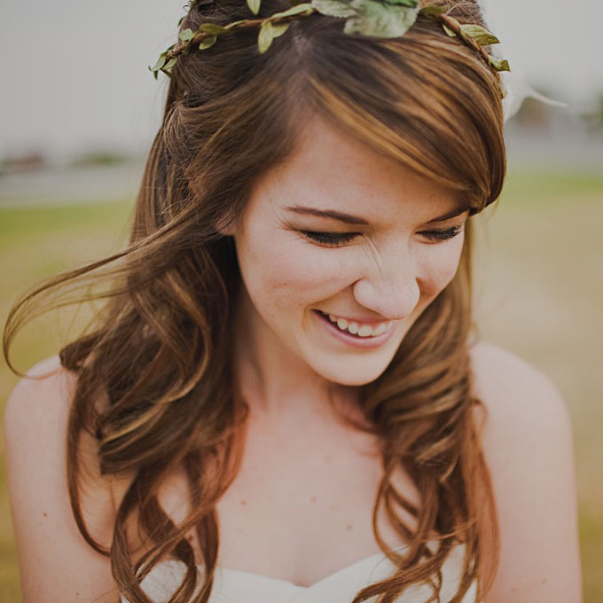 curly wedding hairstyles half up with wreath Frizure za venčanje: Za dame sa kovrdžavom kosom