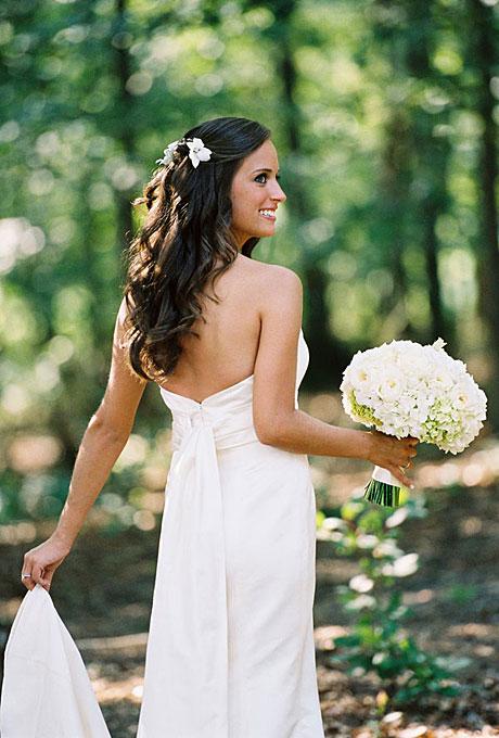 curly wedding hairstyles pinned back with flower Frizure za venčanje: Za dame sa kovrdžavom kosom