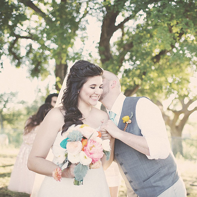 curly wedding hairstyles sideswept curls Frizure za venčanje: Za dame sa kovrdžavom kosom