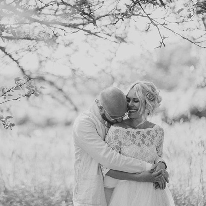 curly wedding hairstyles vintage loose updo with brooch Frizure za venčanje: Za dame sa kovrdžavom kosom