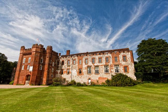 farnham castle 131 Raskošno venčanje Džordža Klunija