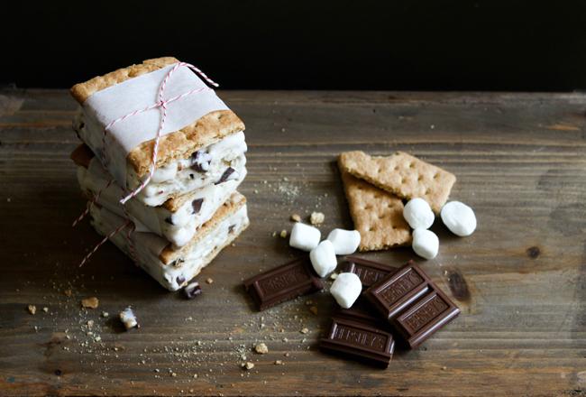 ice cream smores  Letnja poslastica: Sladoled sendvič