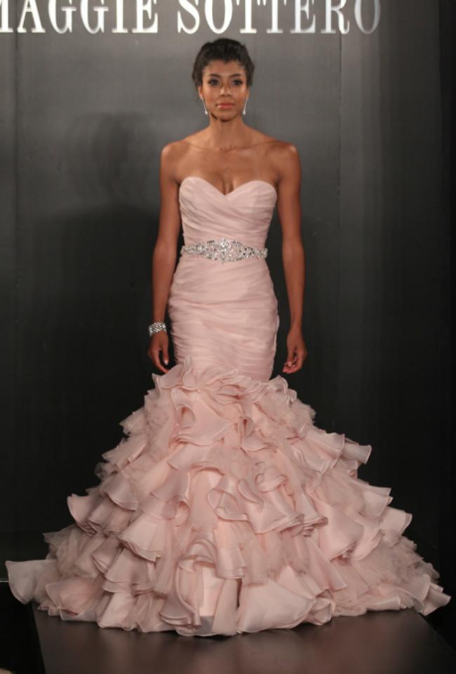 maggie sottero Novi trend: Roze venčanice sa modne piste
