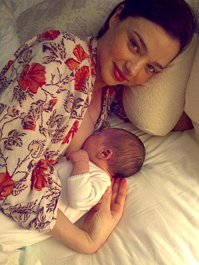 Miranda Ker Fotografije poznatih mama dok doje svoju decu