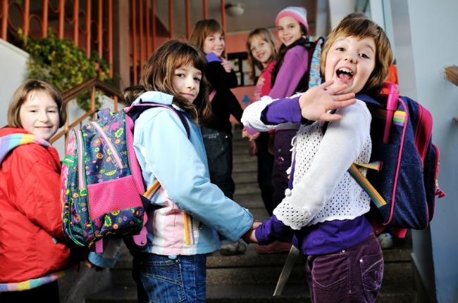 Deca u skoli1 Srpska deca u firmiranoj odeći, finska u pozajmljenoj