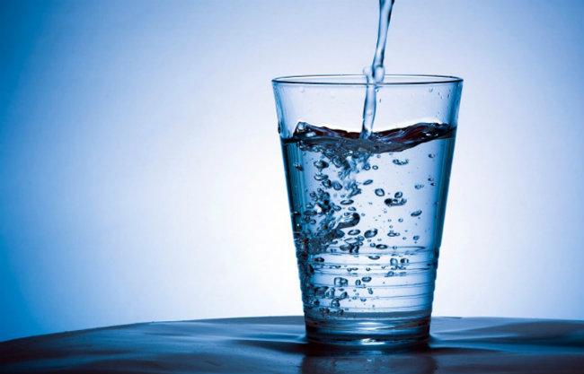 Front image drinking water Sreća ulazi na usta