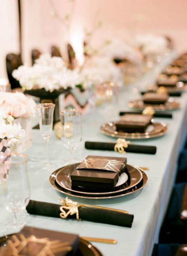 crno i zlatno idealna kombinacija za vencanje crni tanjiri Crno i zlatno: Idealna kombinacija za venčanje