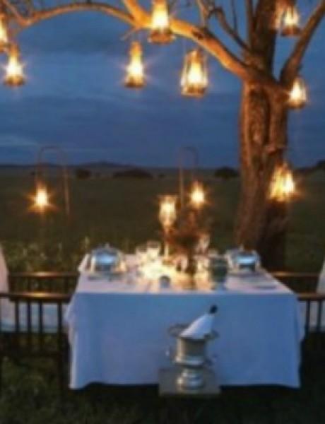 Romantično postavljeni stolovi za dvoje